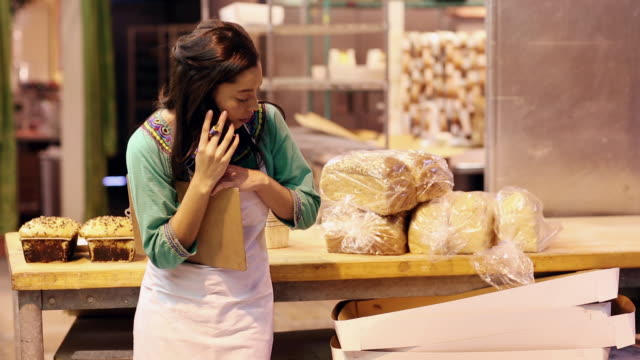 vídeos de stock e filmes b-roll de ms female baker talking on phone and taking notes / santa fe, new mexico, united states - padaria