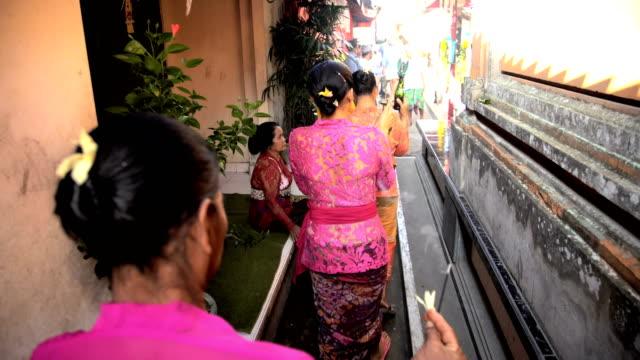 vídeos de stock, filmes e b-roll de female balinese procession traditional wedding offerings spiritual incense - tradição
