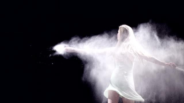 female ballet dancer doing pirouettes - herumwirbeln stock-videos und b-roll-filmmaterial
