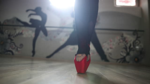 female ballet dancer en pointe, close up - en pointe stock videos and b-roll footage