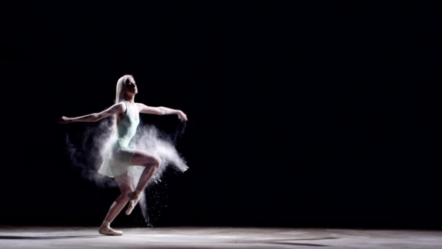 stockvideo's en b-roll-footage met female ballet dancer jumping - balletdanser