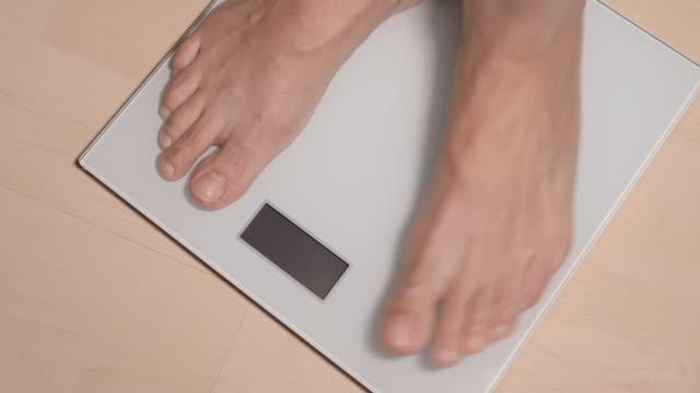 女性の素足 ith 体重計 - 体重計点の映像素材/bロール