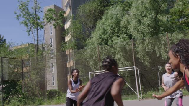 vidéos et rushes de joueur de basket-ball féminin marquant le but - streetball