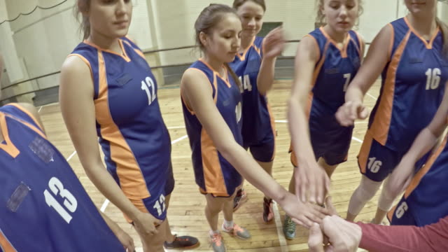 female basketball team huddle - potere femminile video stock e b–roll