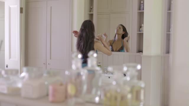 vidéos et rushes de female beauty at home - pinceau à blush