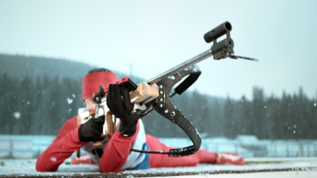 vídeos y material grabado en eventos de stock de slo mo female biathlete in prone shooting position - biatlón