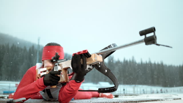 vídeos y material grabado en eventos de stock de slo mo female biathlete shooting in prone position - biatlón