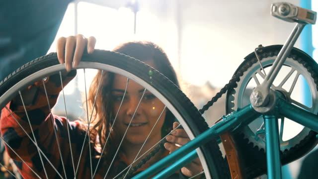 bicicletta meccanico femminile - laboratorio riparazioni video stock e b–roll