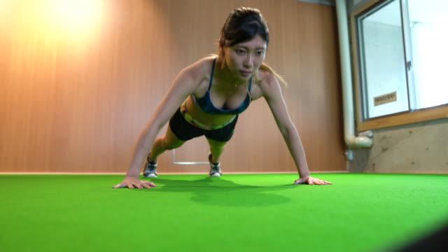 フィットネス クラブでトレーニングを行う女性ボディービルダー