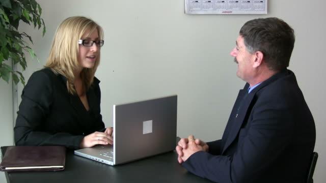 (hd1080i) female boss questions male employee / client - 概念與主題 個影片檔及 b 捲影像