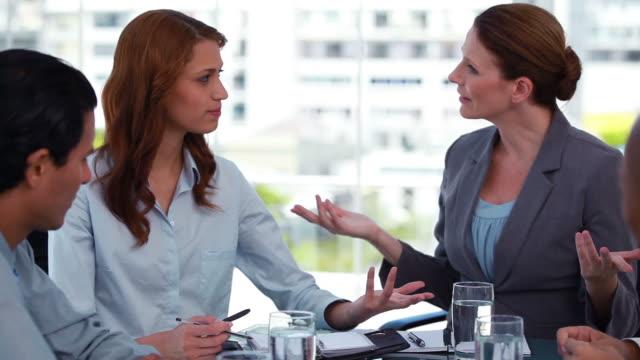 stockvideo's en b-roll-footage met female boss talking to her employees - compleet pak