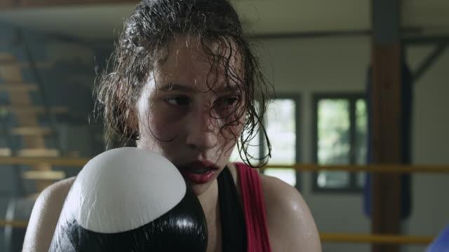 女性ボクサーがボクシングのリングで - aggression点の映像素材/bロール
