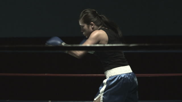 female boxer in boxing ring - 女子ボクシング点の映像素材/bロール