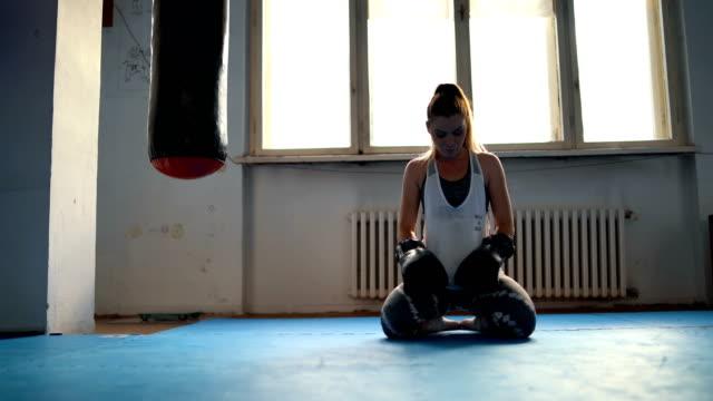 vídeos de stock e filmes b-roll de female boxer meditating - rotina