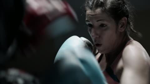 vidéos et rushes de femme boxer-notes travail séance avec entraîneur particulier - endurance