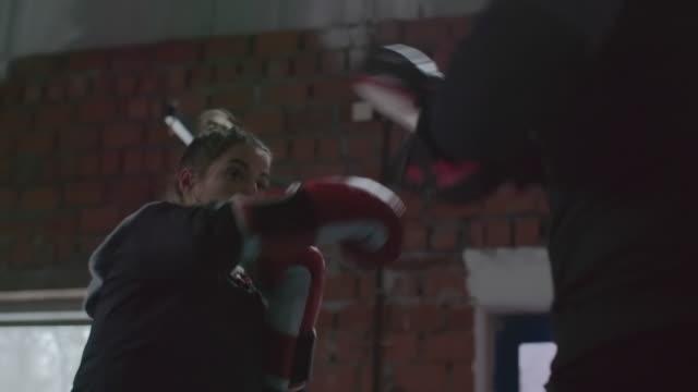 female boxer preparing for fight - 女子ボクシング点の映像素材/bロール