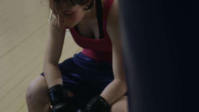 女性ボクサー ボクシング ジムで休んで - 格闘技リング点の映像素材/bロール