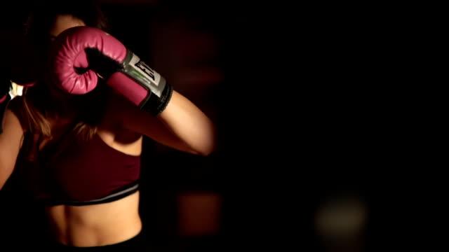 雌ボクサートレーニング - ボクシンググローブ点の映像素材/bロール