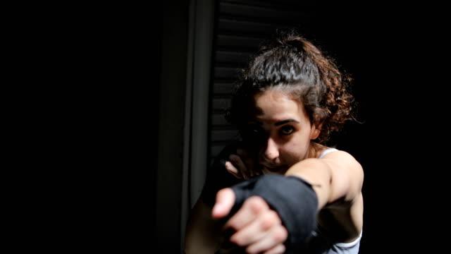 vídeos y material grabado en eventos de stock de hembra boxeador - guante de boxeo