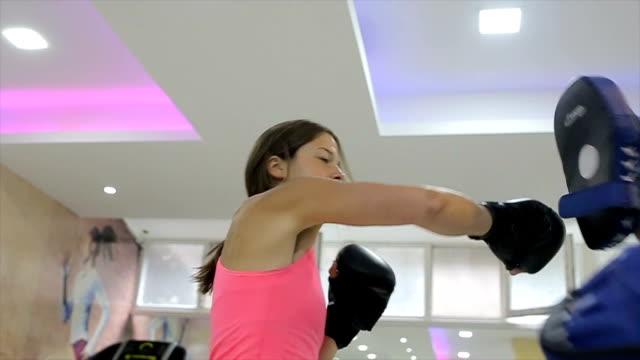 雌のボクサー - ボクシンググローブ点の映像素材/bロール