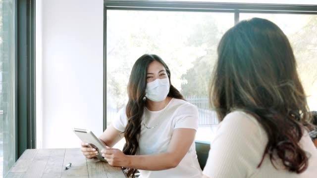 vidéos et rushes de collègues d'affaires féminins remue-méninges idées - collègue de bureau