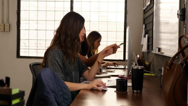 vidéos et rushes de ms female business colleagues working at computers in design studio - agence de design