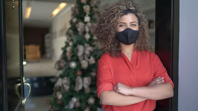 female business / home owner wearing face mask and standing with arms crossed in store entrance - opening event stock videos & royalty-free footage