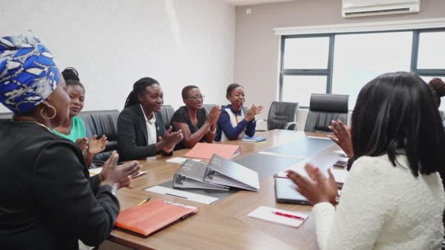 vídeos y material grabado en eventos de stock de líder de negocios femenino y sus colegas aplaudiendo el trabajo en equipo - presidente de organización