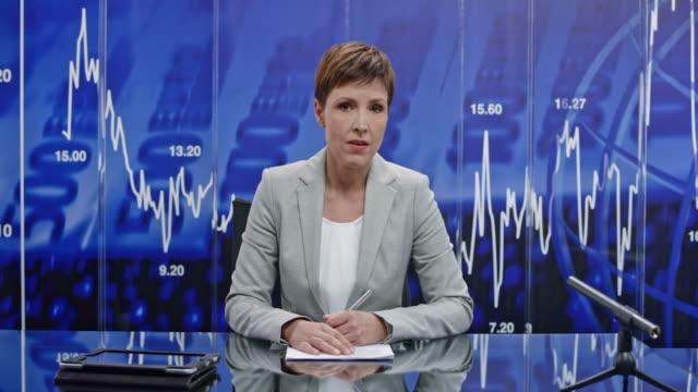 ld weiblich geschäft nachrichtensprecher präsentiert die neueste nachrichten aus der wirtschaft - moderator stock-videos und b-roll-filmmaterial