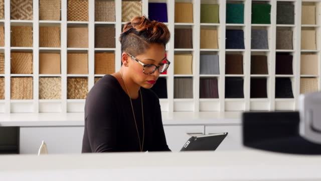 vidéos et rushes de ms female business owner working on digital tablet in office - moquette