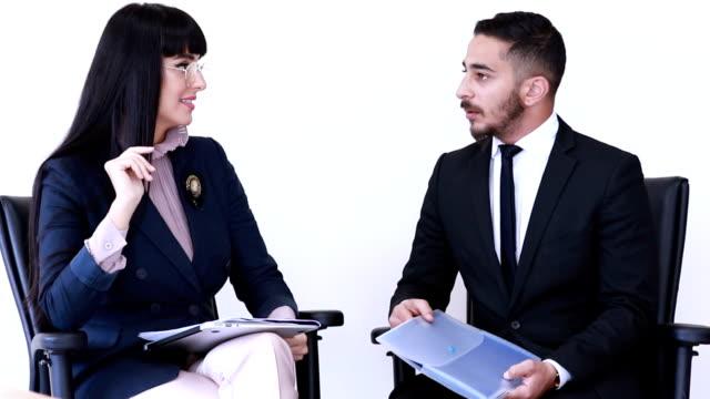 vídeos y material grabado en eventos de stock de mujer empresaria y negocios jóvenes profesionales durante el proceso de entrevista - igualdad