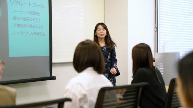 プレゼンテーションを行う女性実業家 - ビジネスウーマン点の映像素材/bロール