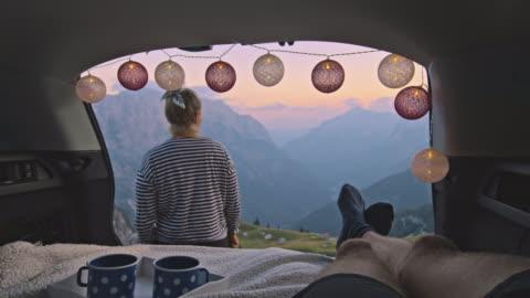 vídeos y material grabado en eventos de stock de slo mo camper femenino disfrutando de la puesta de sol frente a su pareja - exploración