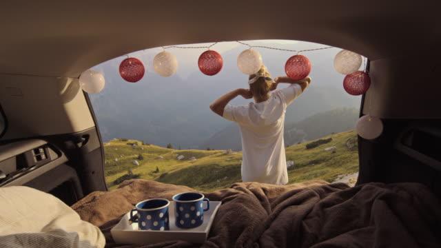 vidéos et rushes de slo mo étirement matin de camping-car femelle - intérieur de véhicule
