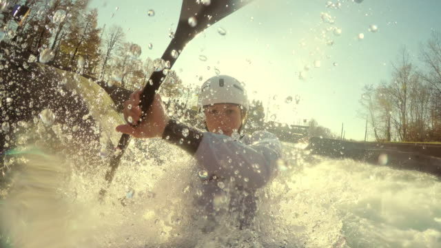 vídeos de stock, filmes e b-roll de pov female canoe slalom competitor on artificial course in sunshine - canoagem