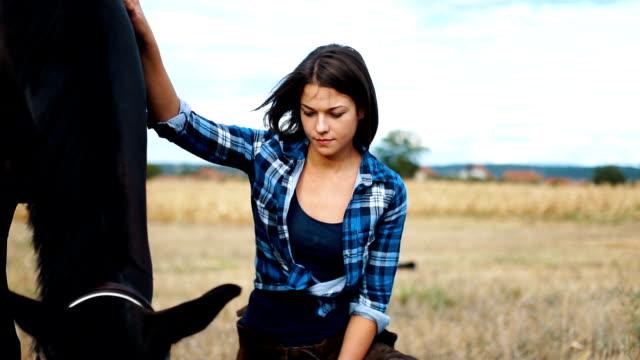 vídeos de stock, filmes e b-roll de se importar com seu cavalo fêmea - montar um animal