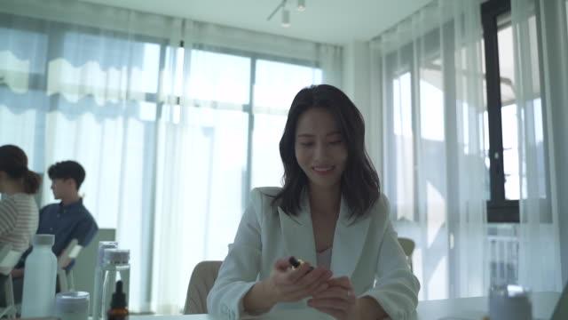 vidéos et rushes de female ceo testing products, startup business - nez humain