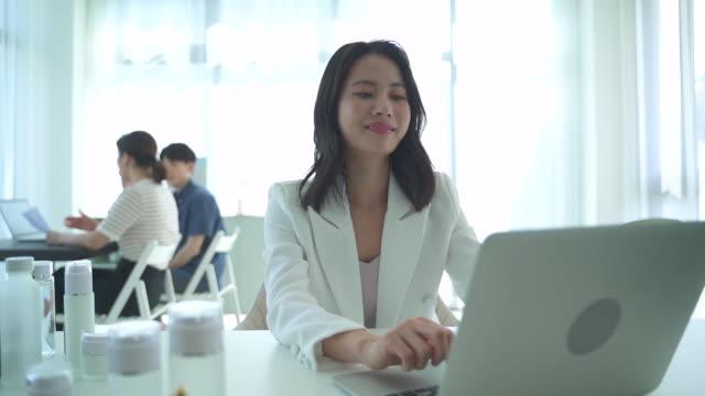 stockvideo's en b-roll-footage met female ceo using a laptop, startup business - menselijke neus