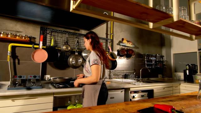 weibliche chef kochen allein in der küche - spülmaschine stock-videos und b-roll-filmmaterial