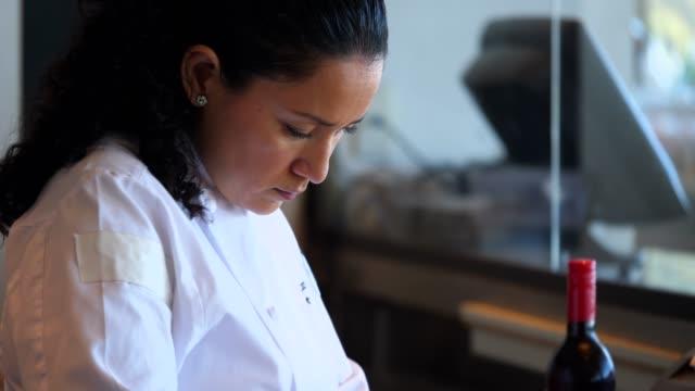 vídeos de stock e filmes b-roll de ms female chef preparing for dinner service in restaurant kitchen - latino americano