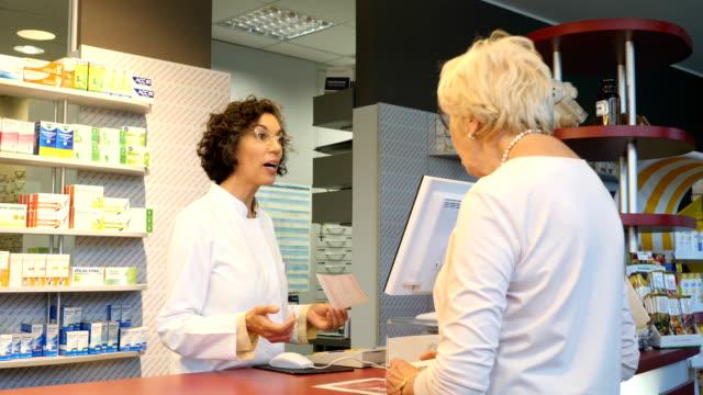 weiblichen chemiker mit empfang im gespräch mit kunden - patientin stock-videos und b-roll-filmmaterial