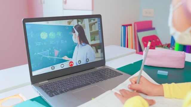 vidéos et rushes de l'enfant féminin apprennent des maths en ligne - person in education