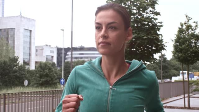 SLO MO vrouwelijke atleet van de stad in beweging