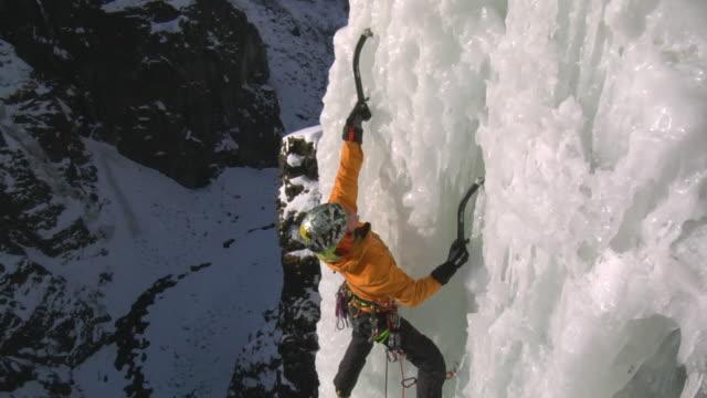 ms female climber climbing ice using hooks, eidfjord, hordaland, norway - ambientazione video stock e b–roll