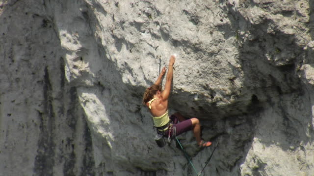 ws female climber climbing rock, falling and holding onto rope, lion's head, ontario, canada - climbing rope stock videos & royalty-free footage