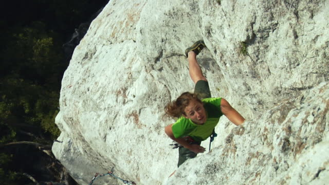 t/l ws ha female climber climbing rock, lion's head, ontario, canada - free climbing stock-videos und b-roll-filmmaterial
