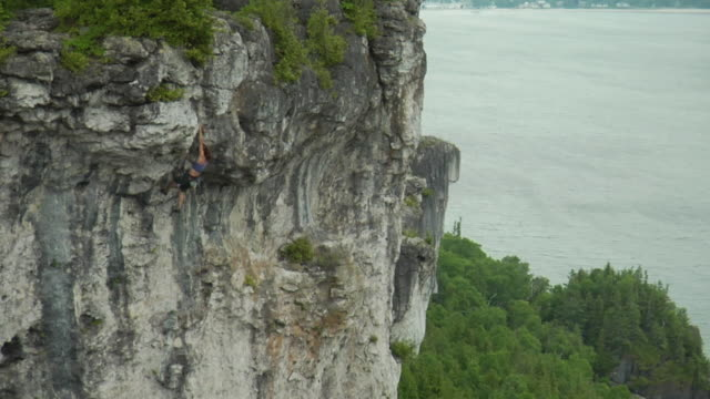 ws ha female climber climbing rock, lion's head, ontario, canada - free climbing stock-videos und b-roll-filmmaterial