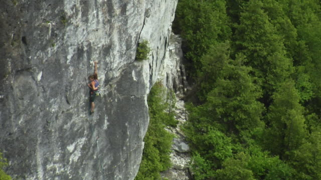 ws ha zo pan female climber climbing rock, lion's head, ontario, canada - free climbing stock-videos und b-roll-filmmaterial