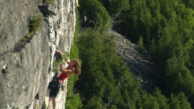 t/l ws ha zo pan female climber climbing rock, lion's head, ontario, canada - free climbing stock videos & royalty-free footage