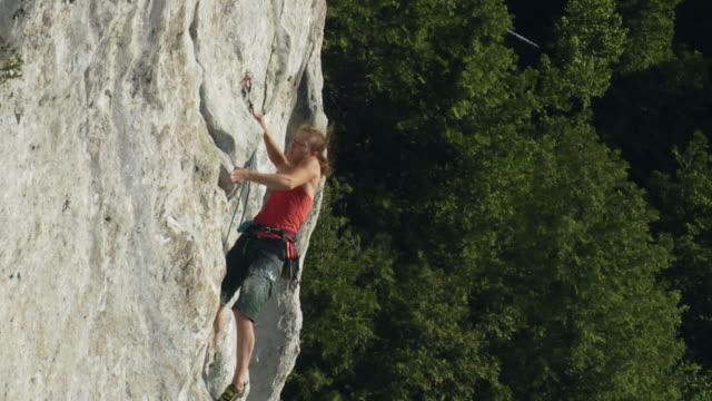 vídeos de stock, filmes e b-roll de t/l ms la female climber climbing rock, lion's head, ontario, canada - corda de escalada